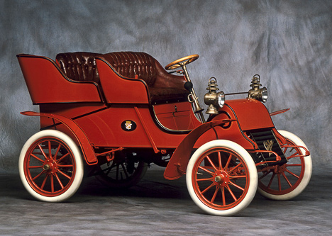CadillacA оснащался кузовом Tonneau сосъёмными задними сиденьями. Попасть наних было можно через дверцу взадней стенке.