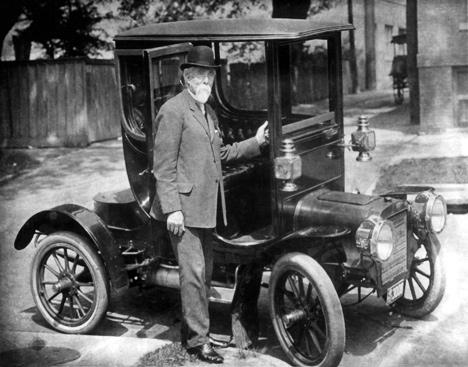 Генри Лиланд позирует нафоне персонального Cadillac Osceola скузовом купе.