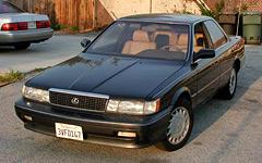 Одновременно сLS400впроизводство пошла иболее «демократичная» модель— Lexus ES250.